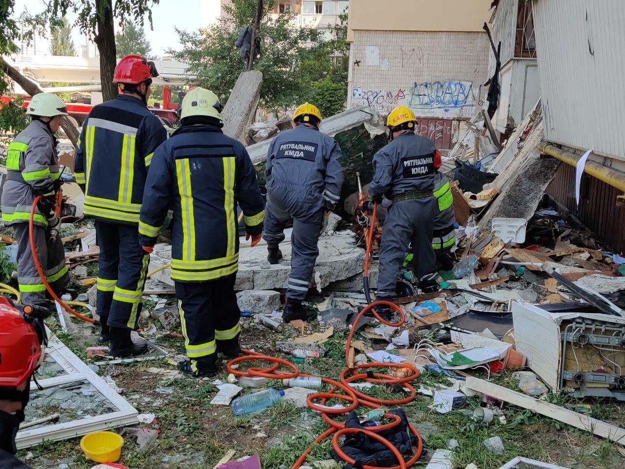 Спасатели деблокировали людей из-под завалов