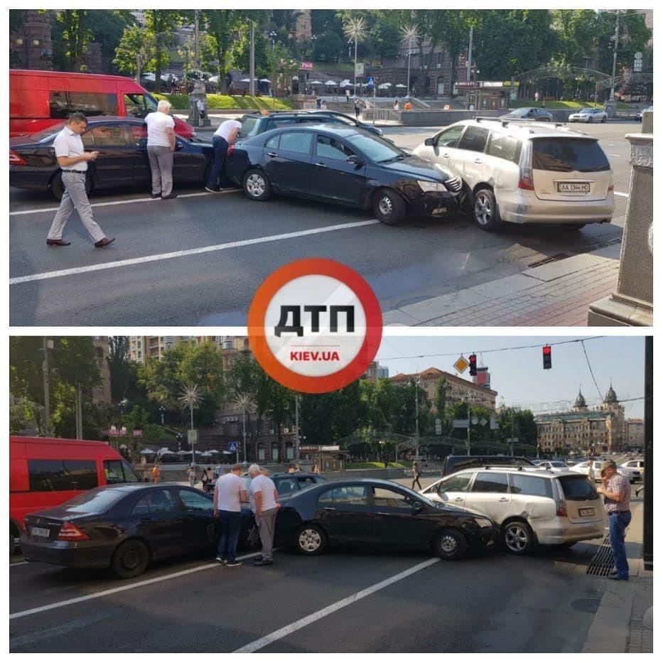 В центре Киева в ДТП столкнулись четыре авто