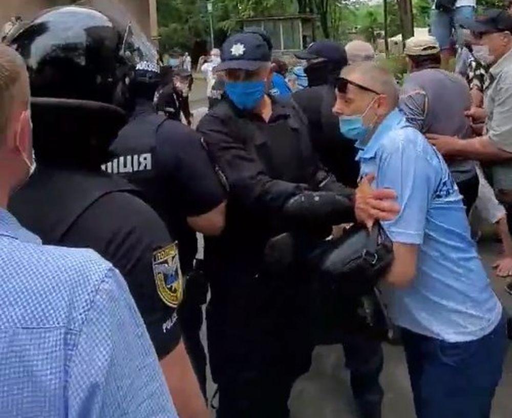 Полиция оттесняет протестующих возле диспансера /