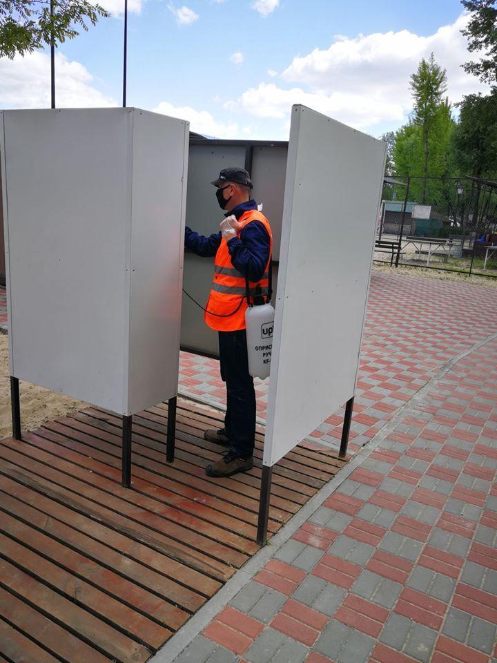 На пляжах Киева ежедневно проводят санитарную обработку.