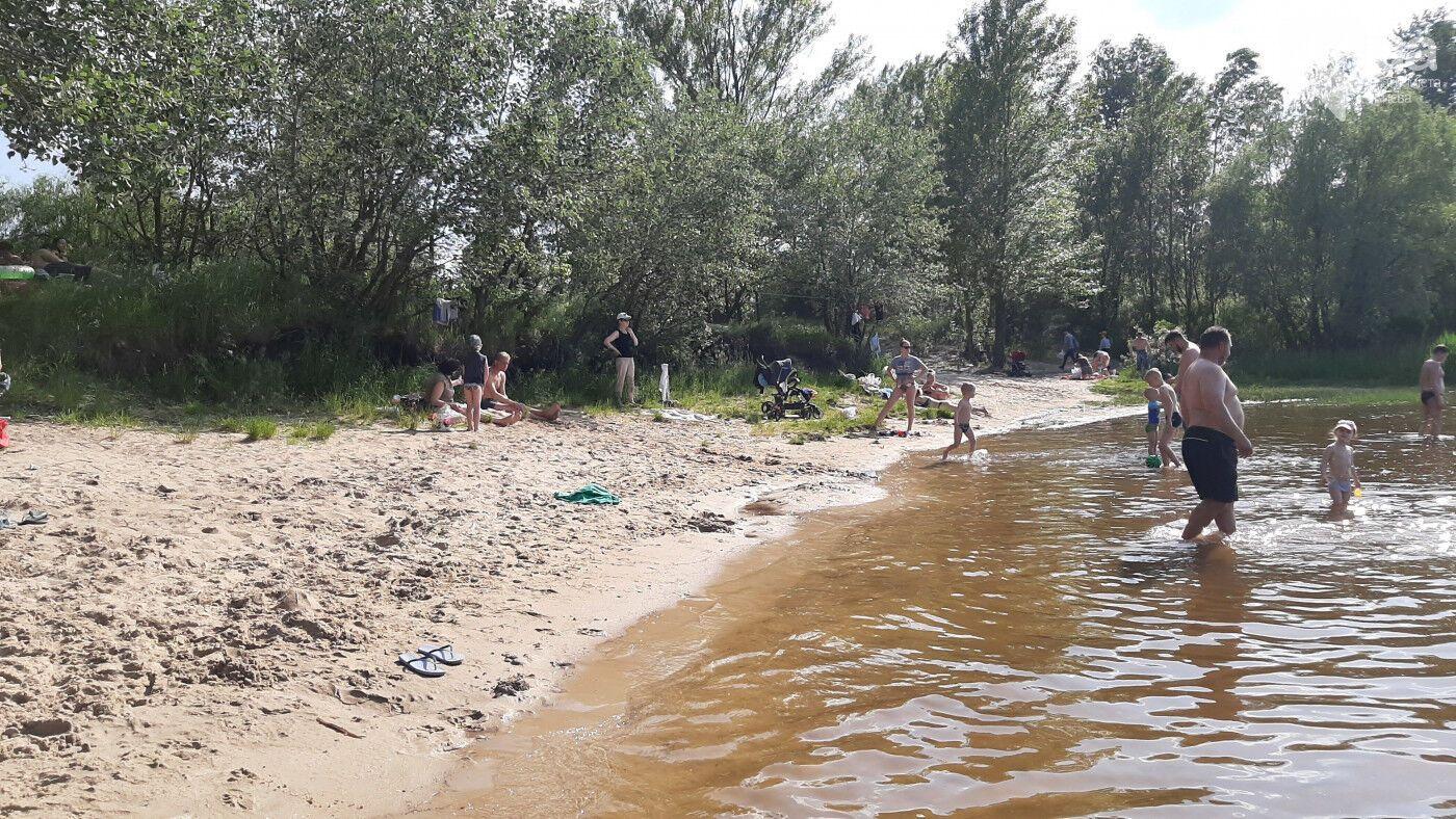 На Трухановом острове в Киеве на пляжах люди не соблюдают дистанцию.