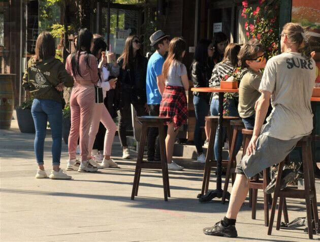 Возле кафе в Одессе наблюдаются скопления людей.