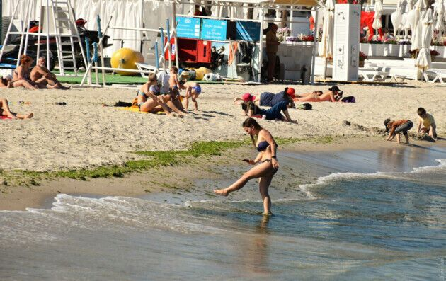 На пляжах не придерживаются социальной дистанции.
