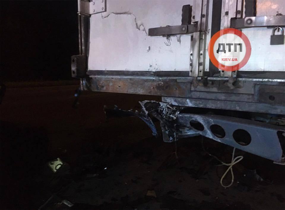 В Киеве водитель заснул за рулем и влетел в фуру