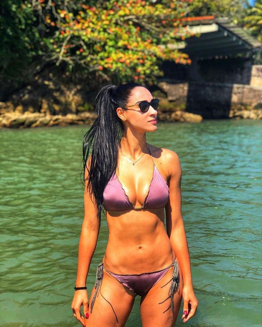 Жаклин Карвалью позирует в фиолетовом купальнике