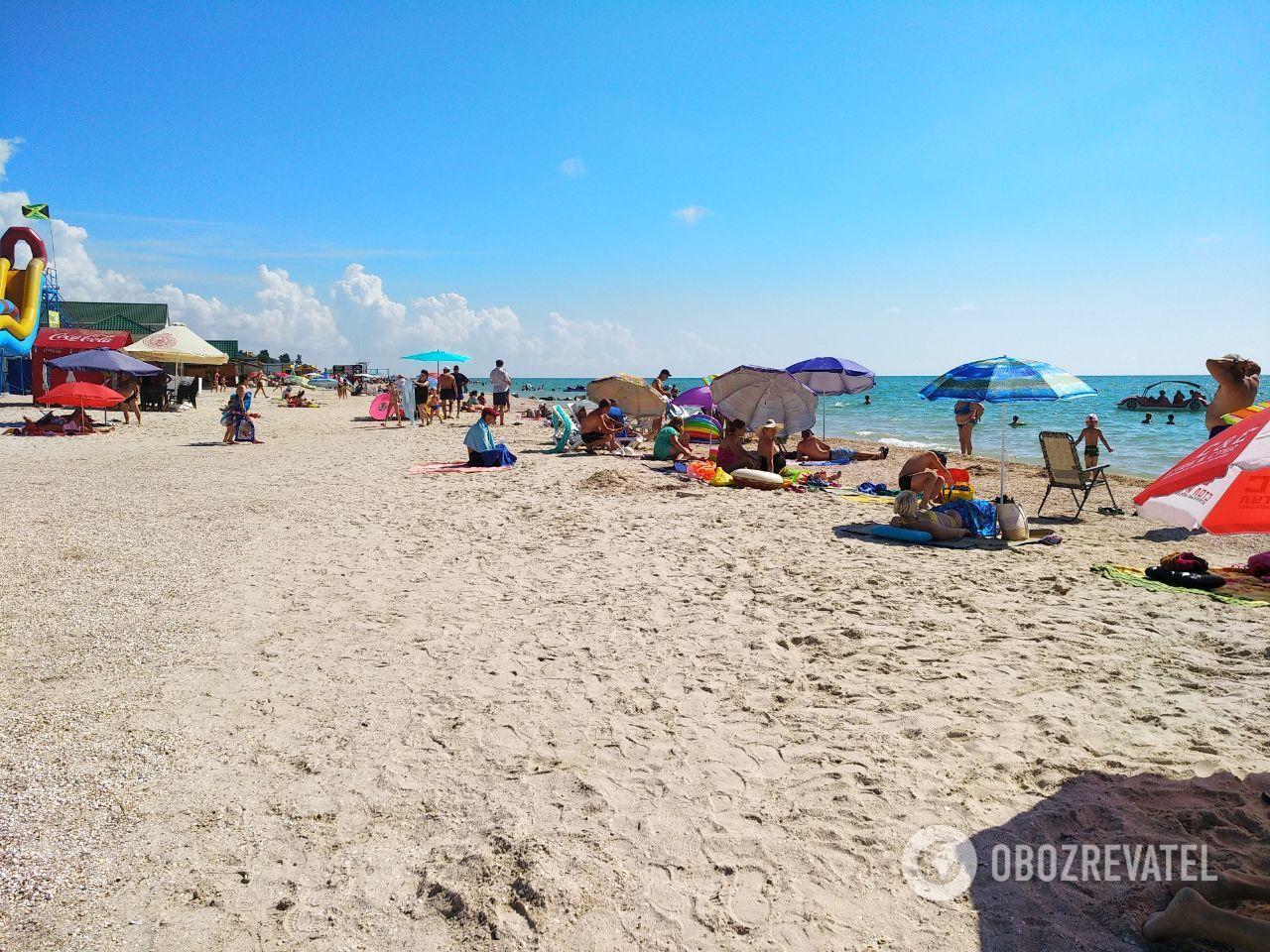 В Кирилловке на пляжах не многолюдно, но дистанцию соблюдать сложно