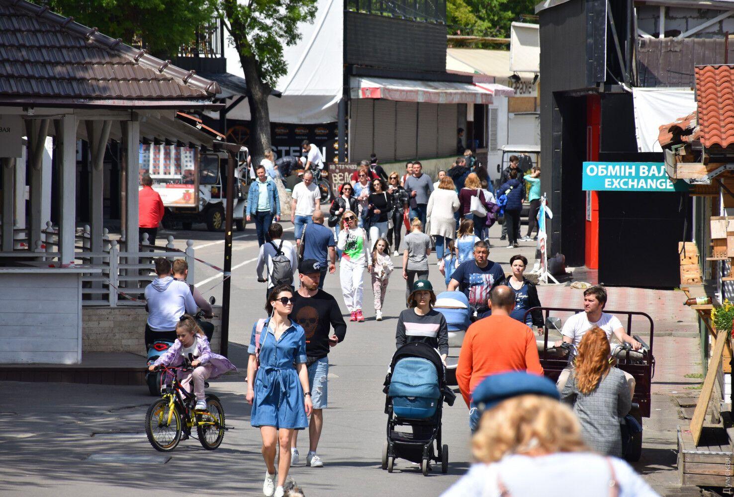 На улицах Одессы толпы гуляющих.