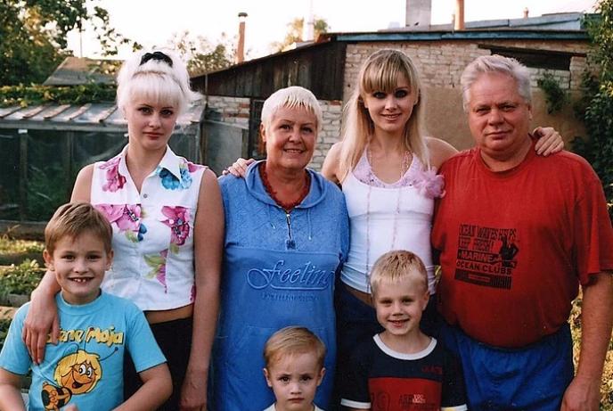 Певица Натали с семьей (ее отец – крайний справа)