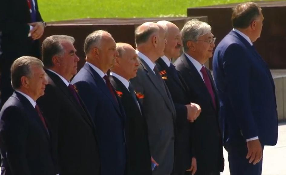 Путин с лидерами других стран на параде