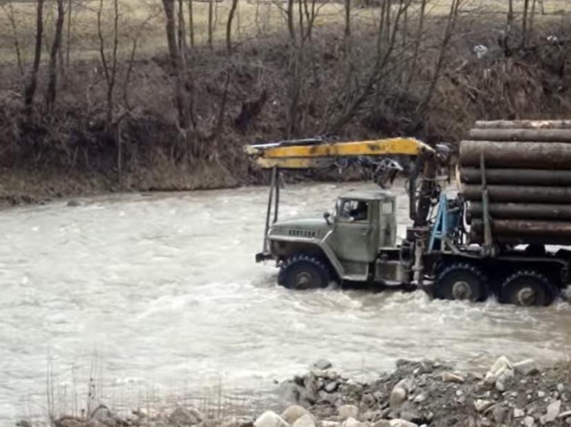 Насправді лісовоз переїжджає вбрід через річку
