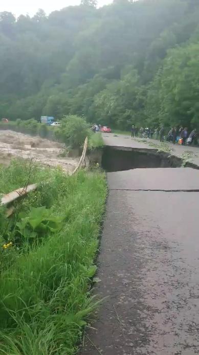 Вода зруйнувала частину дороги