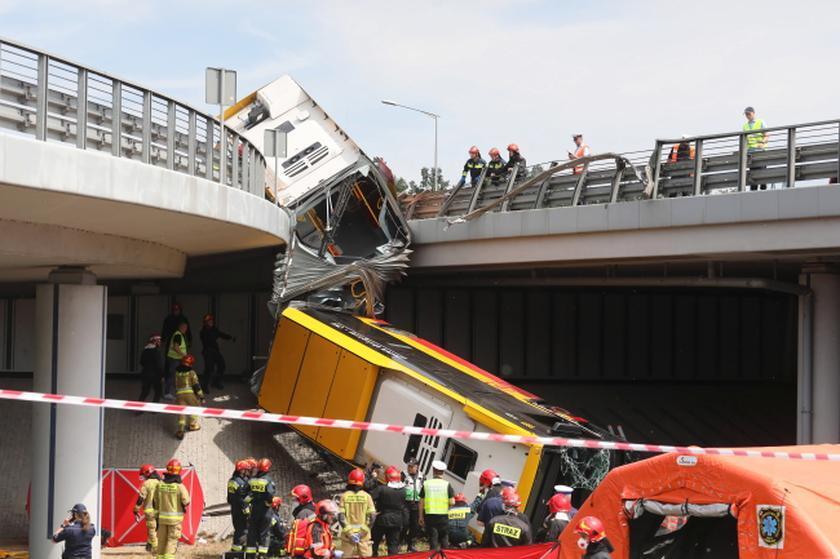 В Варшаве пассажирский автобус упал с моста