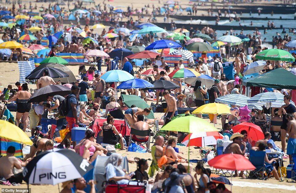 На британские пляжи вышло около полумиллиона людей.
