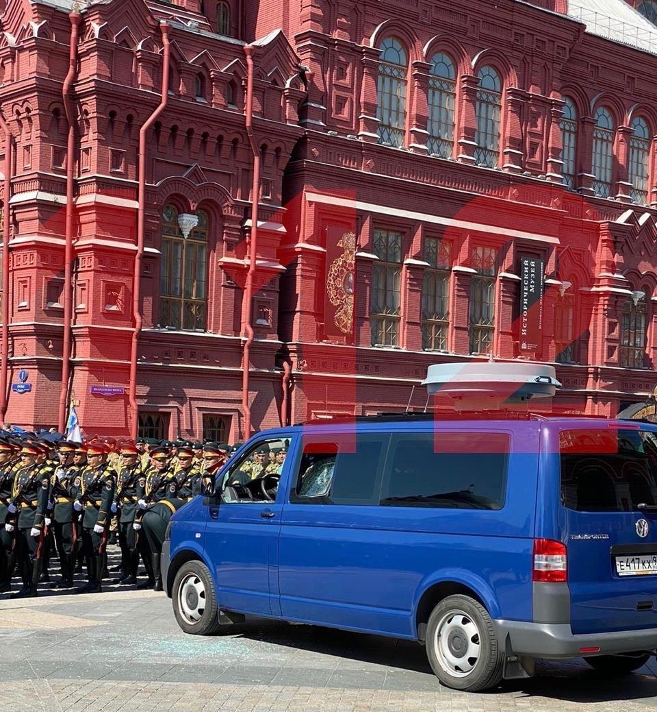 """На параде в Москве солдат оружием разбил машину ФСО и заявил, что его """"облучают"""""""