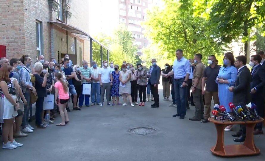 Зеленський передав 12 квартир постраждалим від вибуху на Позняках