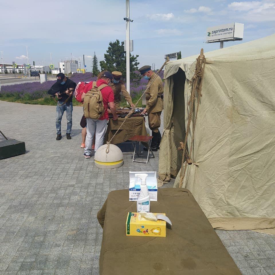 Возле аэропорта также установили военную палатку