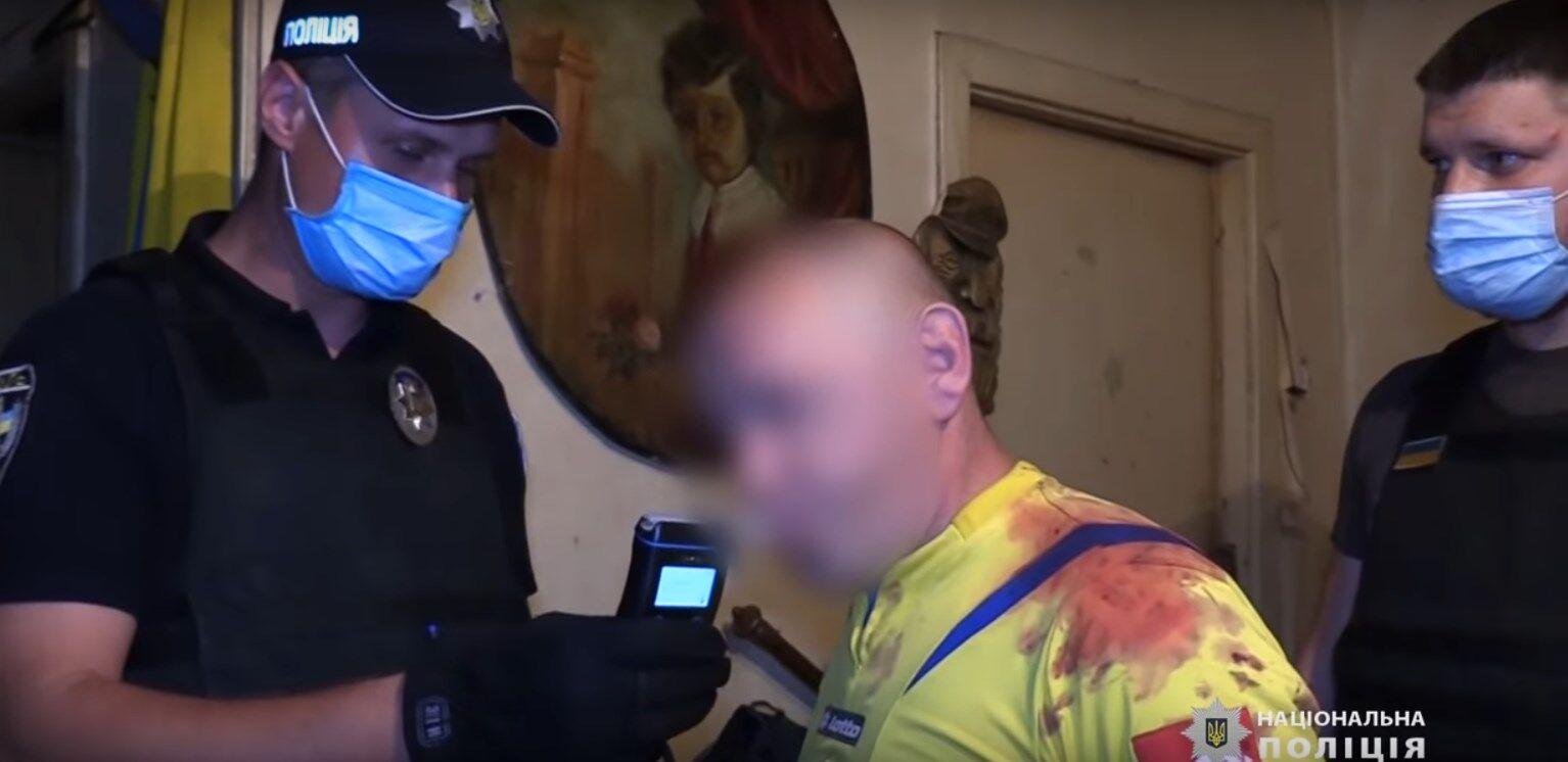 Поліцейські з підозрюваним у квартирі, де було побито дитину