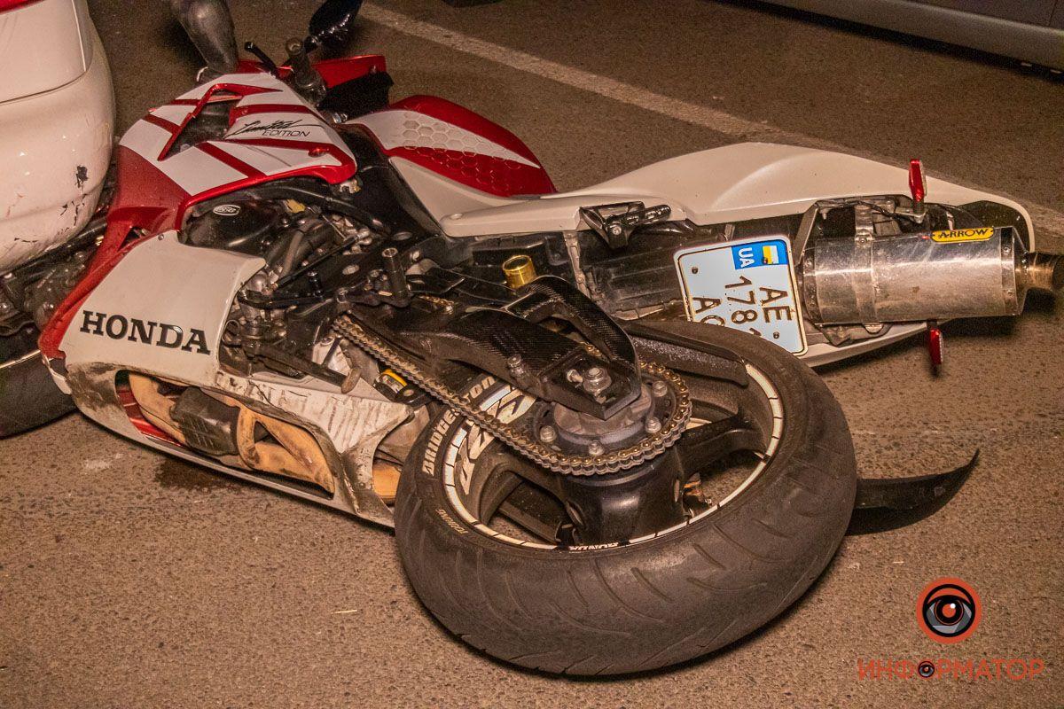 Столкнулись мотоцикл Honda и Land Rover