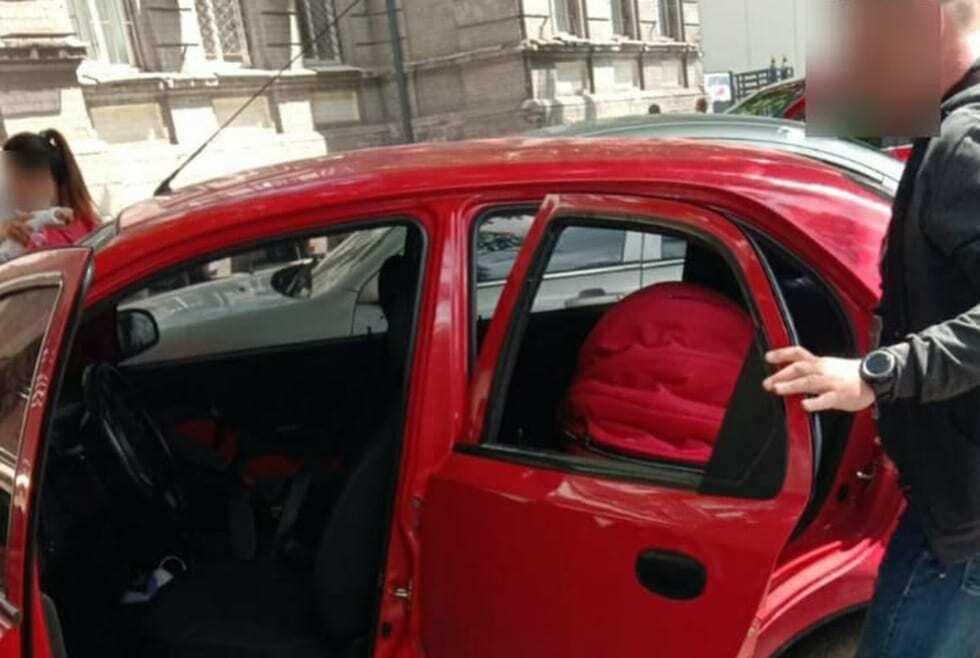 Спасатели вскрывают автомобиль