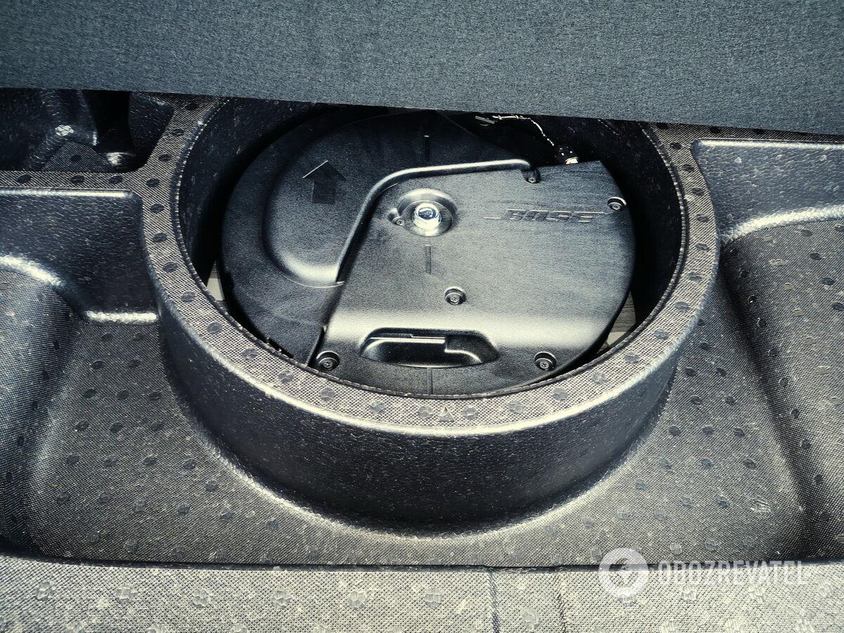 На месте запасного колеса распологаются ремкомплект и элементы аудиосистемы Bose