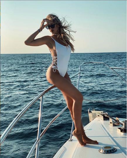 Леся Никитюк сексуально позирует на камеру
