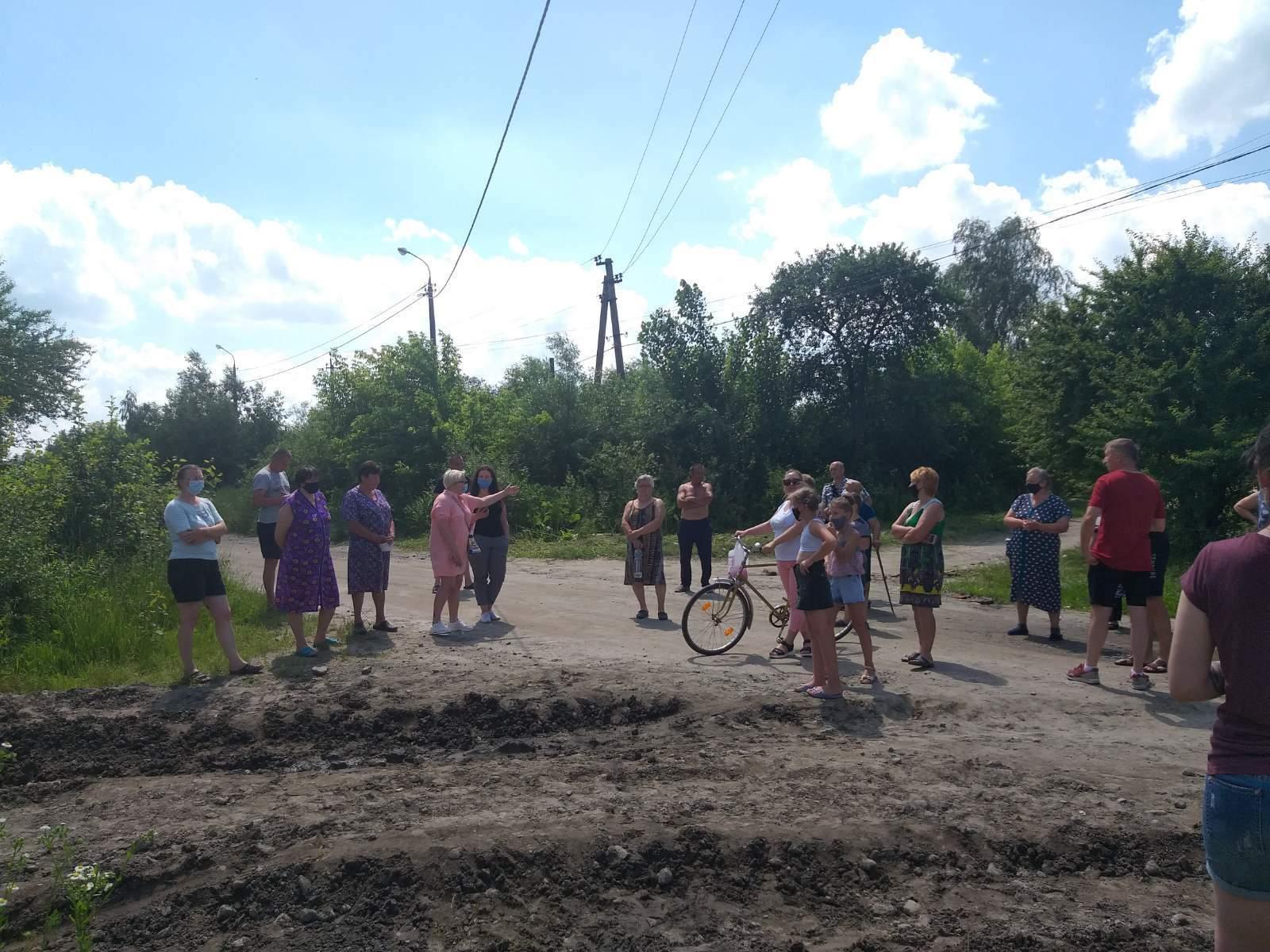 В Шепетовке жители заблокировали дорогу для военной техники