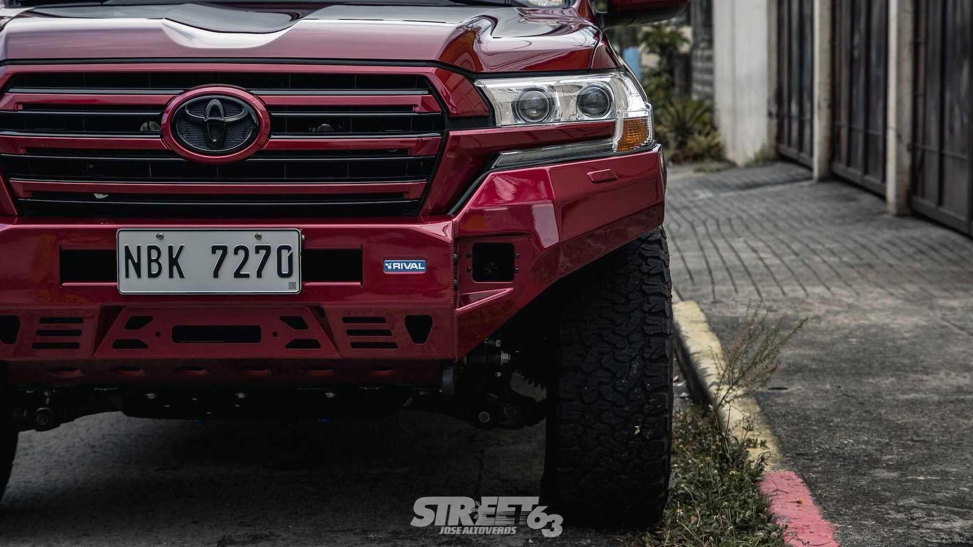 Тюнингованный Toyota Land Cruiser 200.