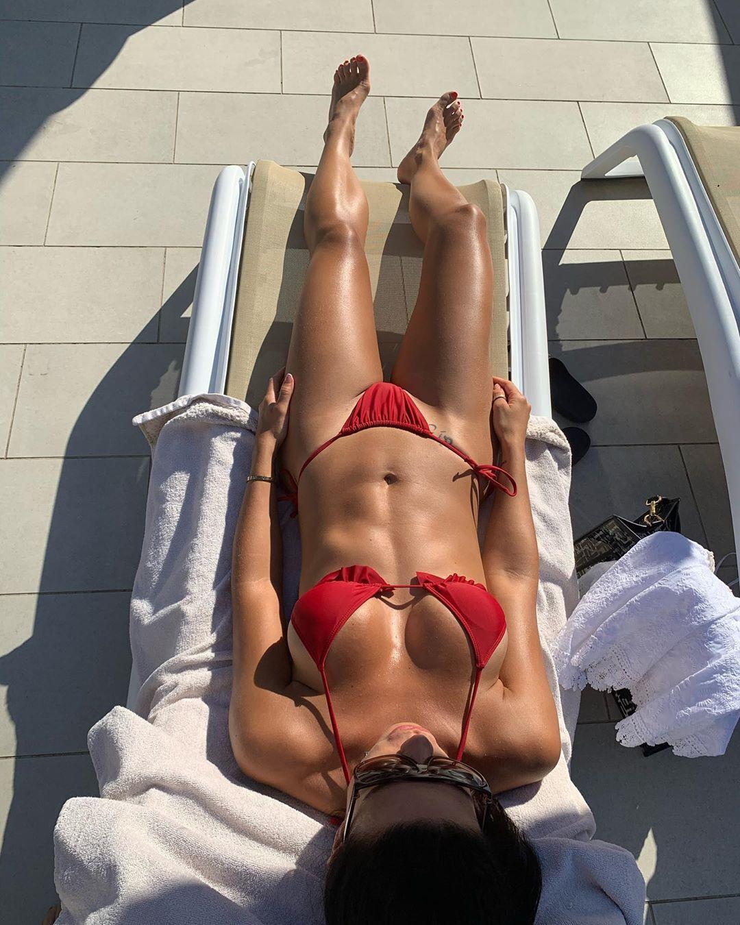 Жена Франа Соля Аида в красном купальнике
