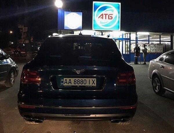 Bentley Bentayga на парковці біля АТБ, 2018 рік