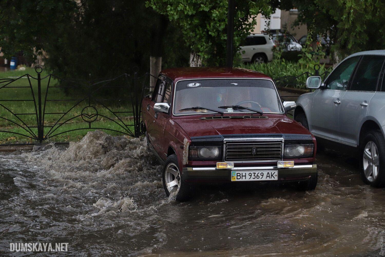 Сильный ливень пролился над Одессой и частично затопил несколько центральных улиц.