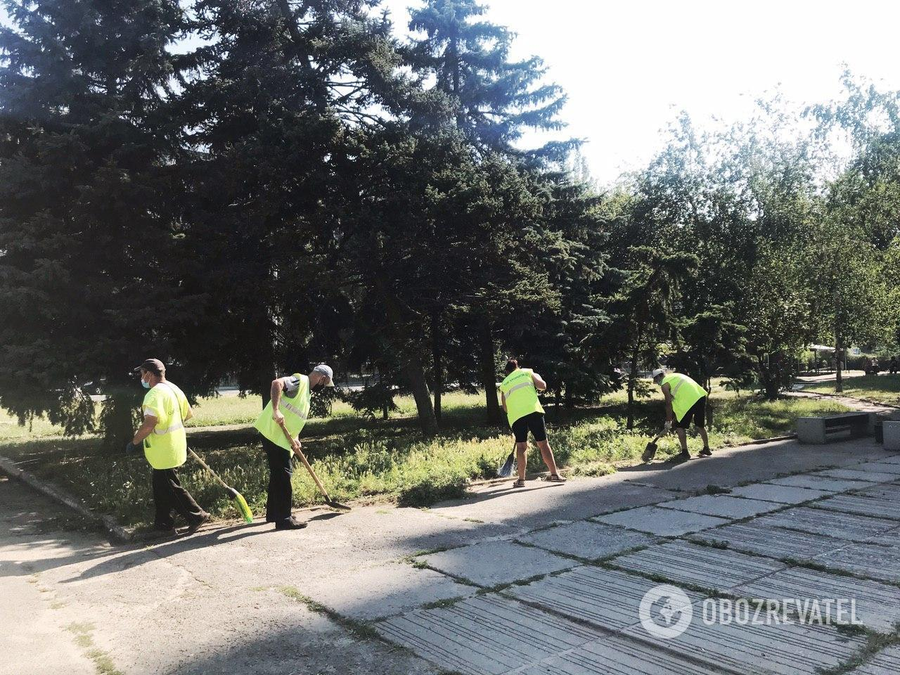 Коммунальщики активно ликвидируют последствия вандализма в Днепре