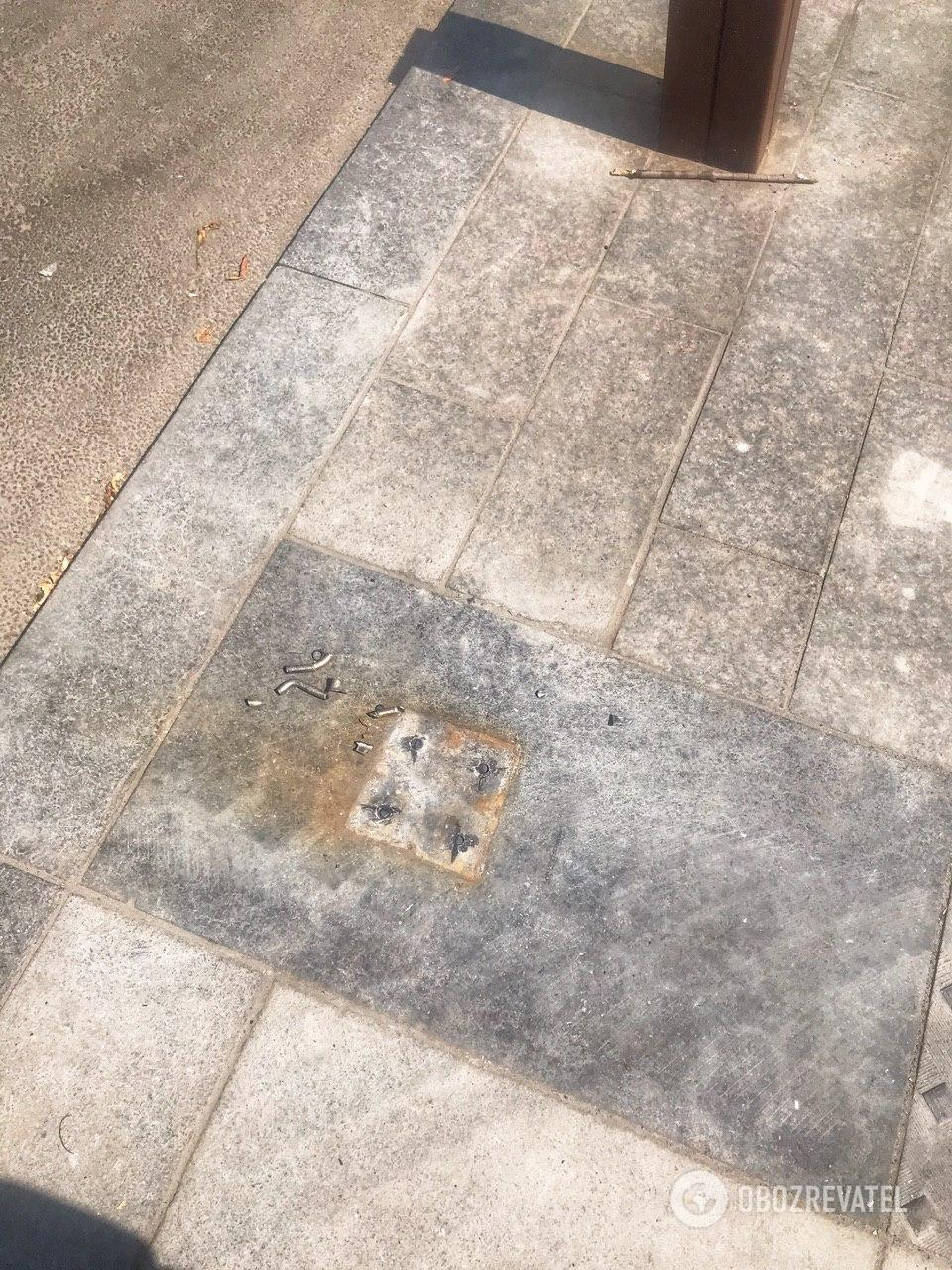 В Днепре на Короленко демонтировали антипарковочный столбик