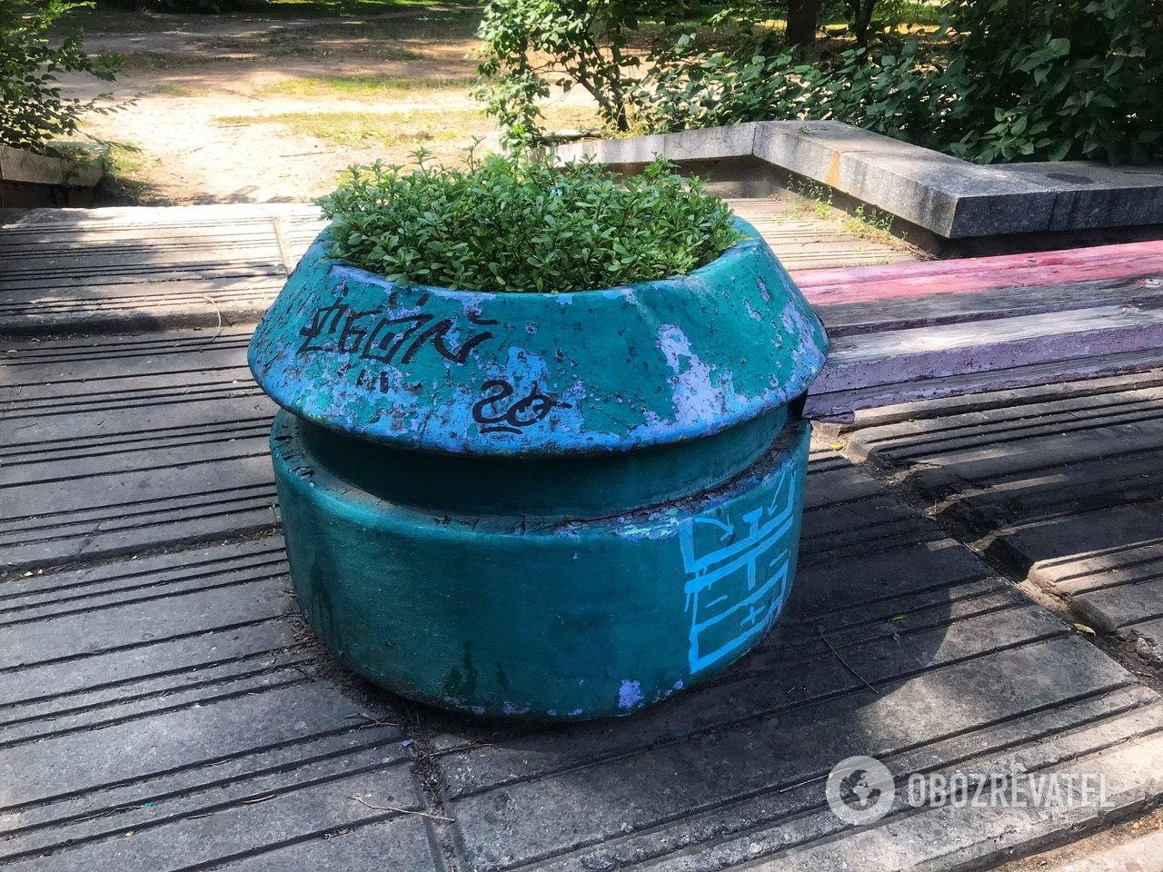 В Днепре вандалы оставляют непонятные надписи на имуществе коммунальных предприятий города