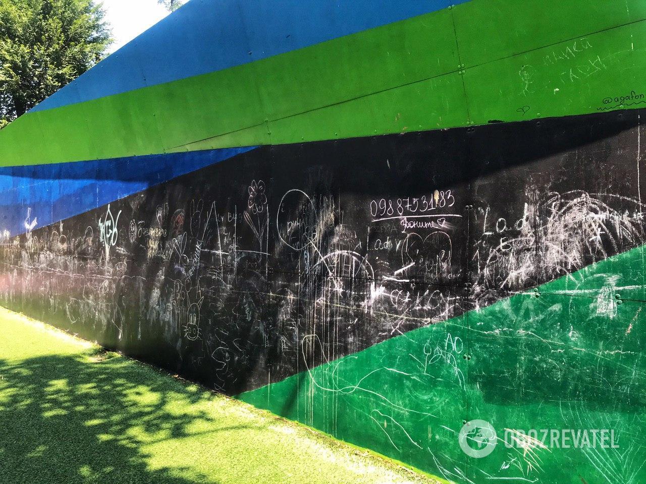 В Днепре вандалы обрисовывают детские площадки, в том числе и инклюзивный парк