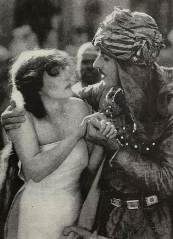 Первая сцена в кино с обнаженной женщиной