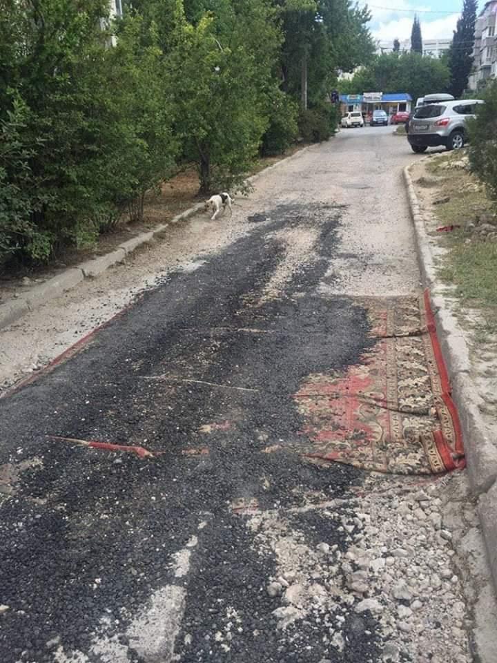 В Севастополе дыры в дороге закрыли ковром