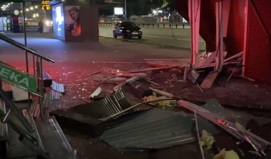 В Киеве авто на еврономерах снесло киоск на тротуаре