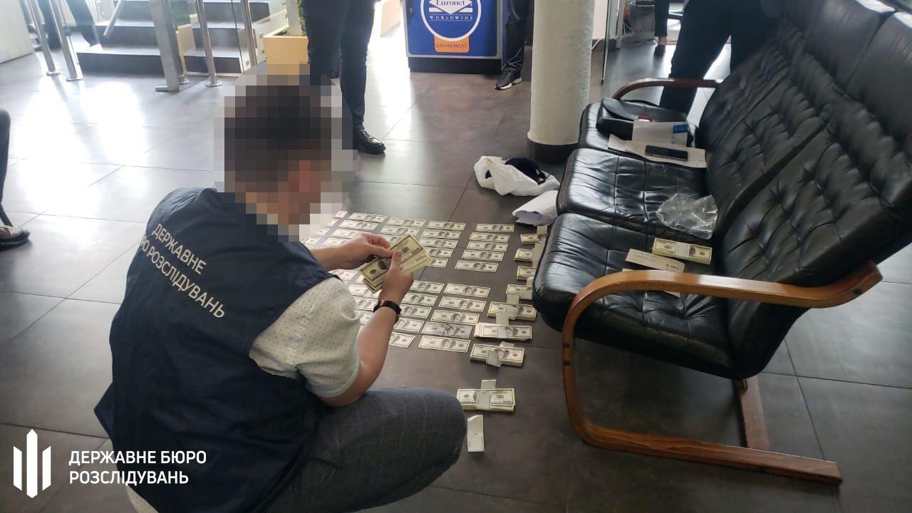 Получил $100 тыс. и поделился с начальством: в Киеве на взятке поймали прокуроров