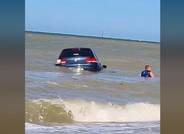 Volkswagen Golf змило водою в море