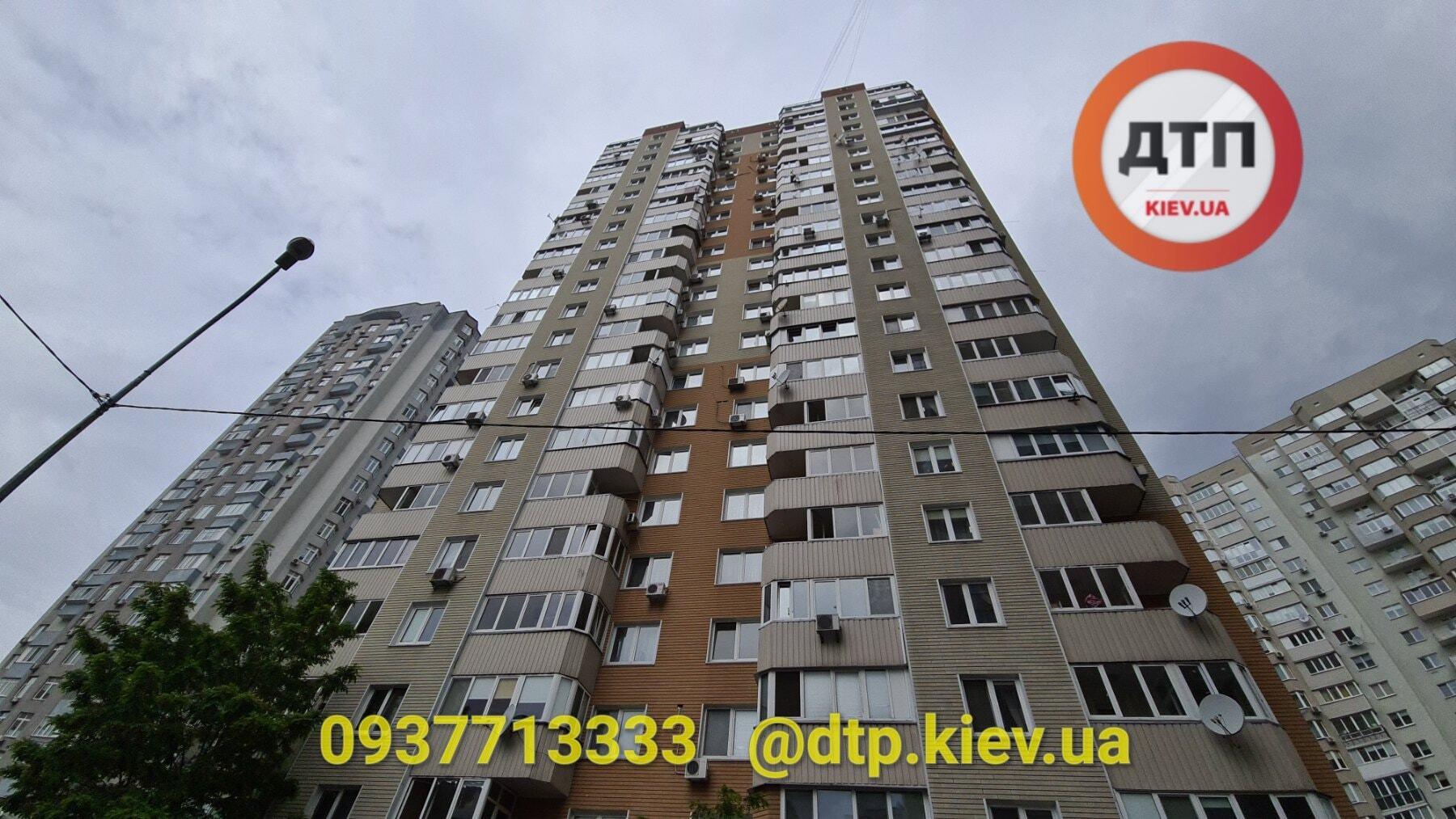 У Києві хлопець розбився, випавши з 21 поверху