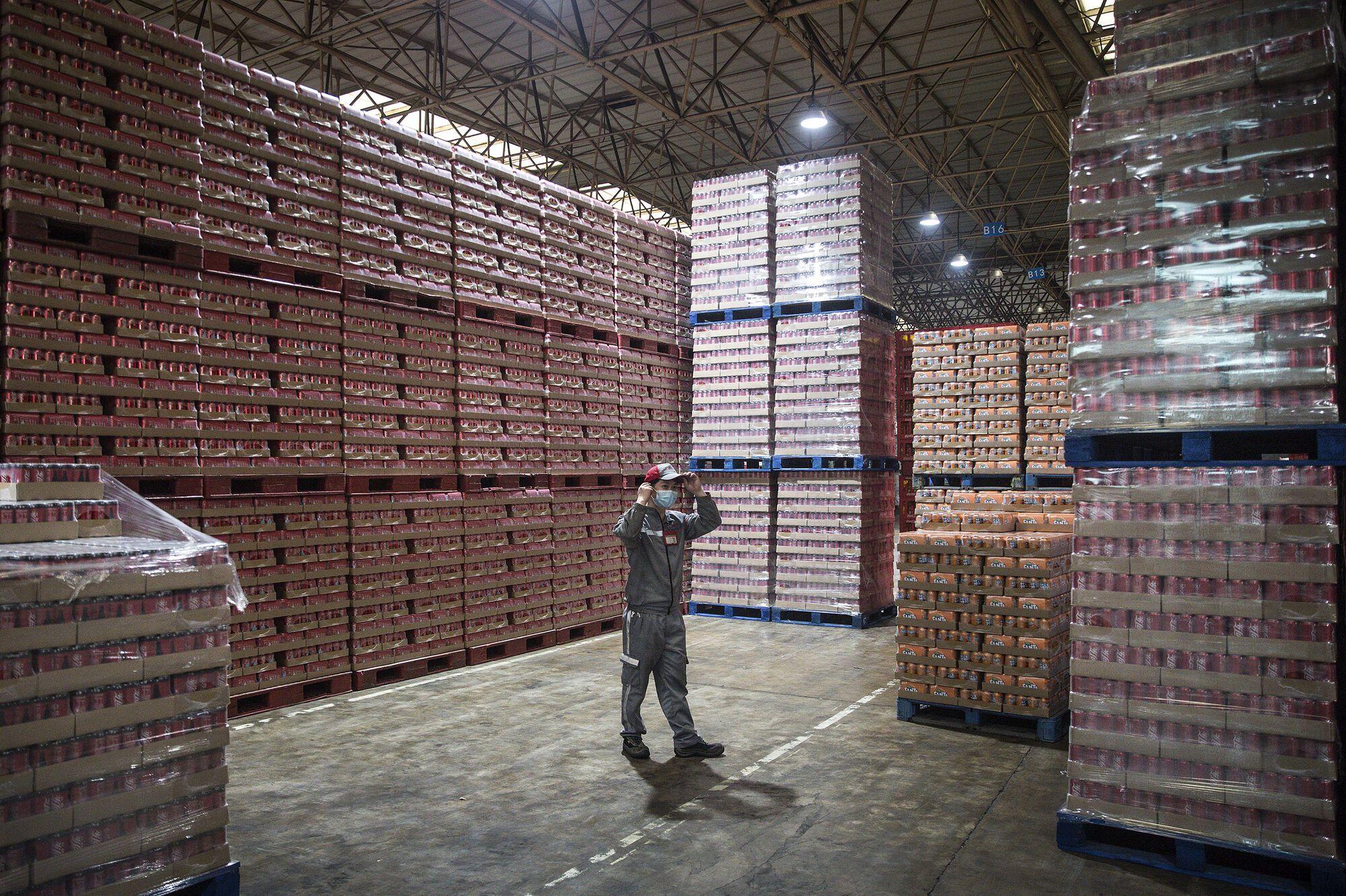 Украинцам обещают работу на складах, фабриках