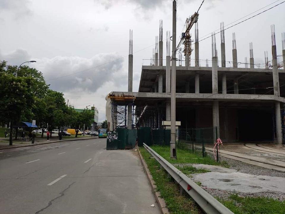 У Києві ТЦ почали будувати прямо на дорозі