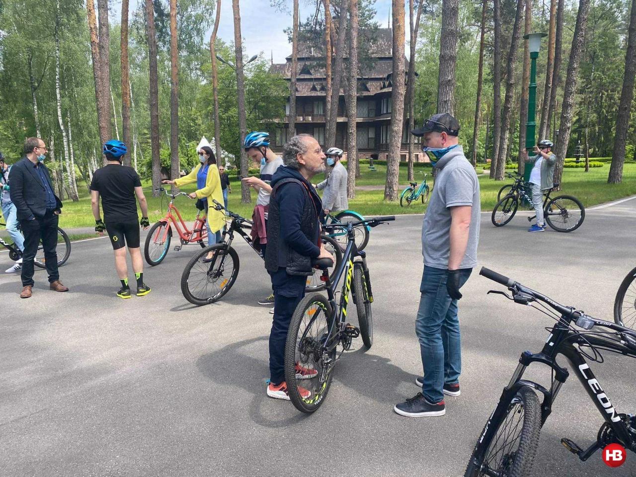 Зеленский покатался с журналистами на велосипедах