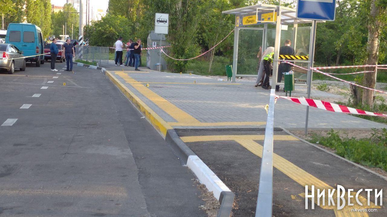 В Николаеве произошла стрельба на остановке. Фото 18+