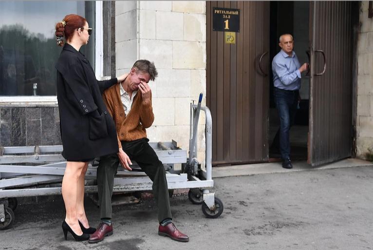 Олексій Панін з нареченою біля ритуального залу