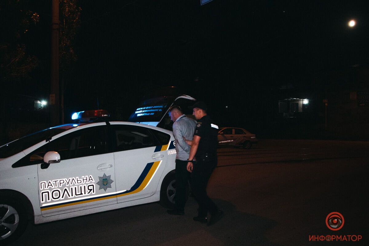 Полиция уводит подозреваемого