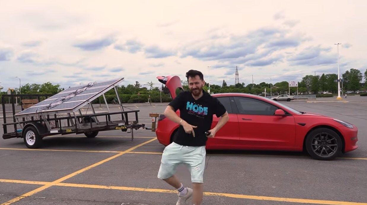 Блогер попытался зарядить Tesla Model 3 во время движения