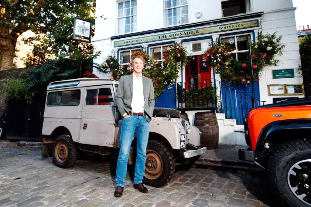 Ініціатор проекту, сер Джим Реткліфф у лондонського бару Grenadier в оточенні всюдиходів Land Rover різних років. фото: