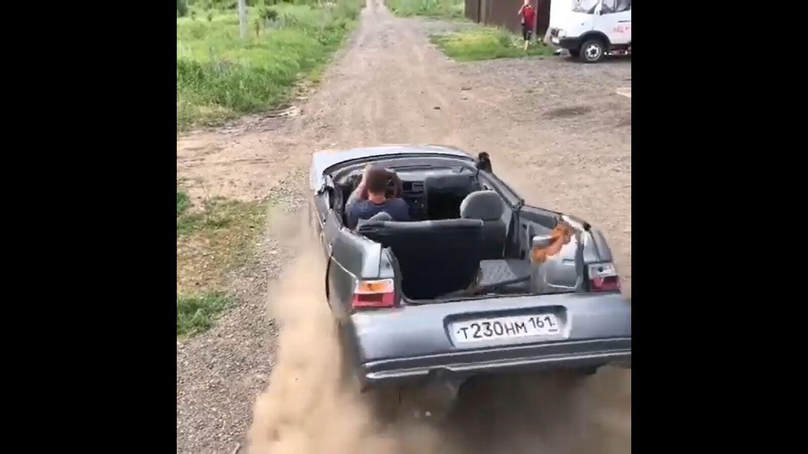Кабріолет ВАЗ зламався навпіл.