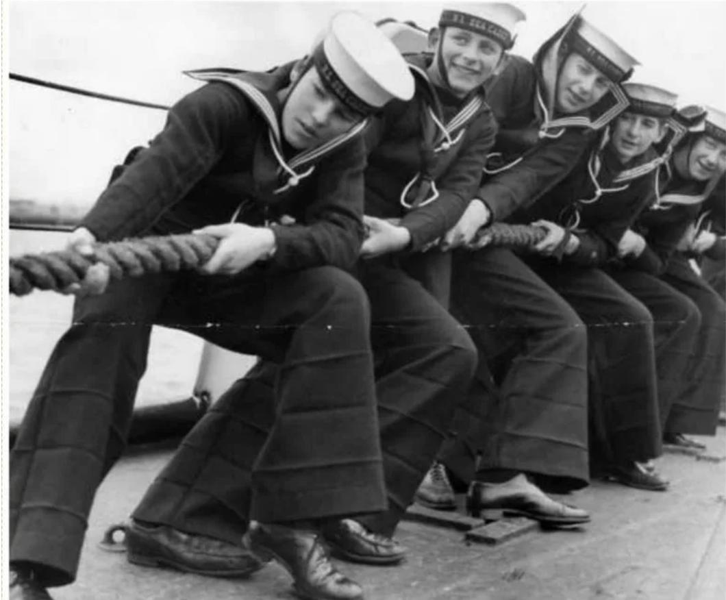 Брюки-клеш ввели в моду моряки